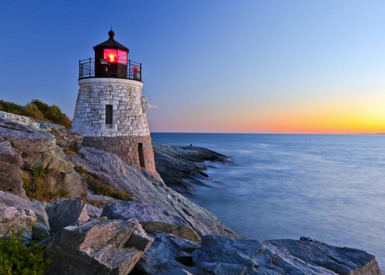 newport-lighthouse-fall