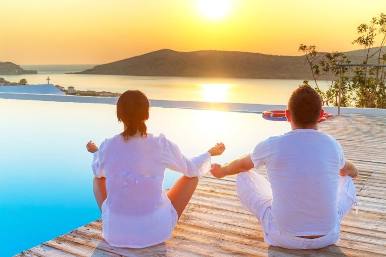 couple_yoga_sunset