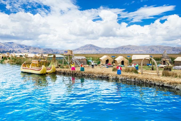Totora_boat_on_lake_titicaca_near_Puno_Peru.jpg