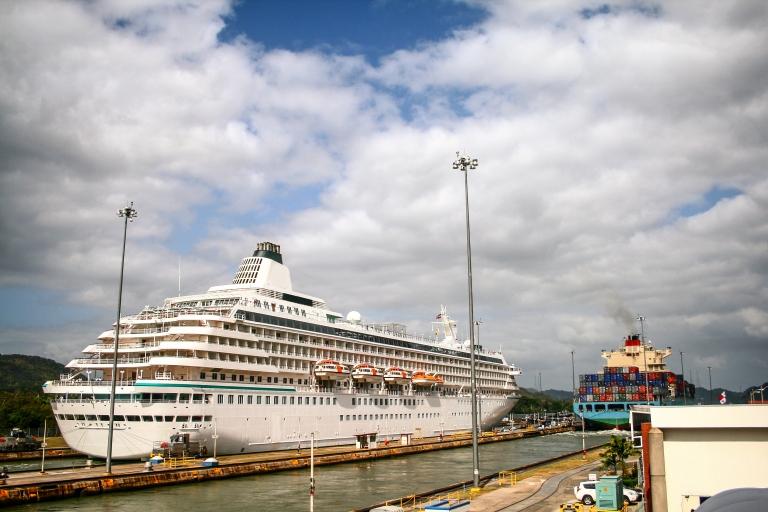 Panama-Canal-Cruise-Ship-Crossing