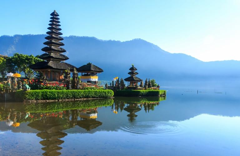 Bali_Indonesia_Pura ulun danu bratan temple_Lake_Blue Sky